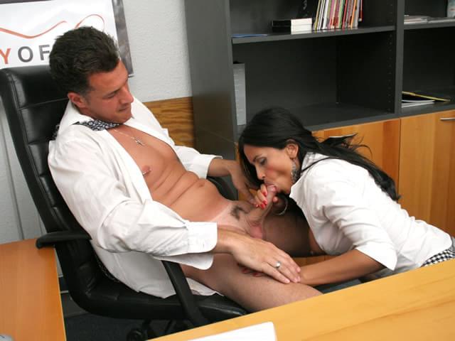 В Рот Под Столом Порно