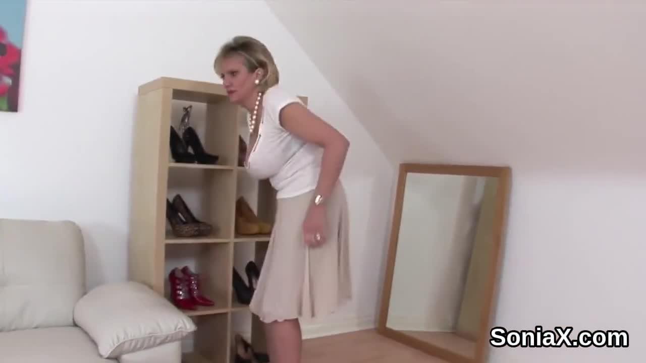 English Mature Lady Shows 46