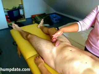 Amateur wife gives a penis massage with happy ending