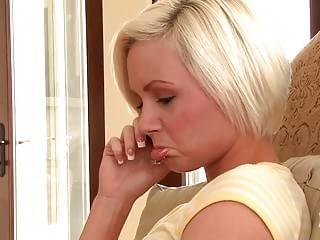 blondinka-korotkie-volosi-porno