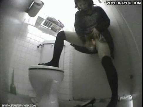 onlayn-smotret-skritaya-kamera-tualet