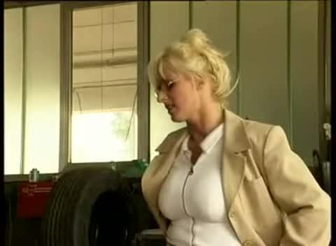Alexandra ross la patronne du garage et les mecanos 2