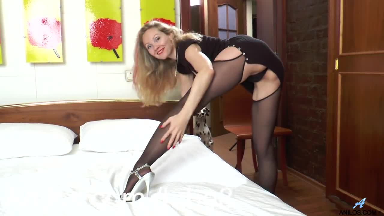 Amateur milf playing with her hairy pussy