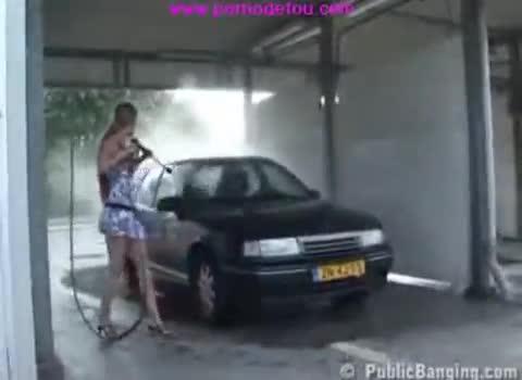 Lavage de la voiture et baise incluse