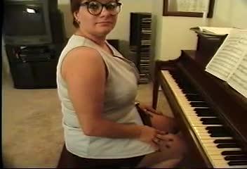 BBW tube filmer piano