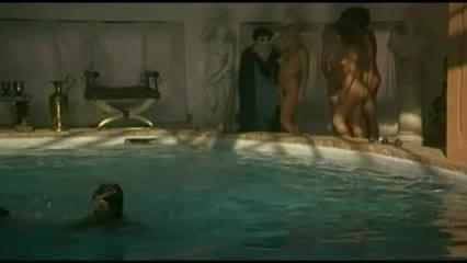 caligula-nackter-pool