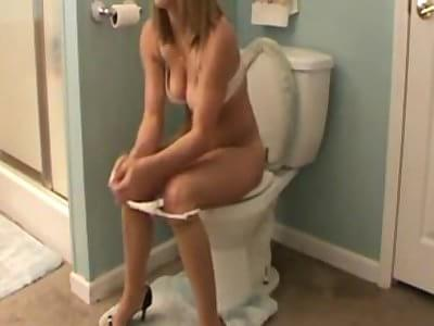 Porn in toilet brunette