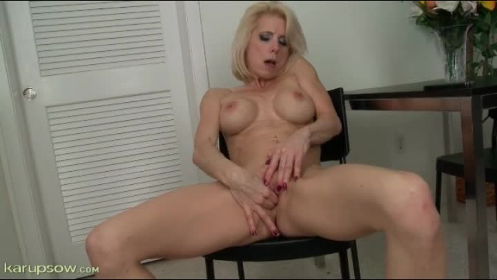 Mature blond working clit