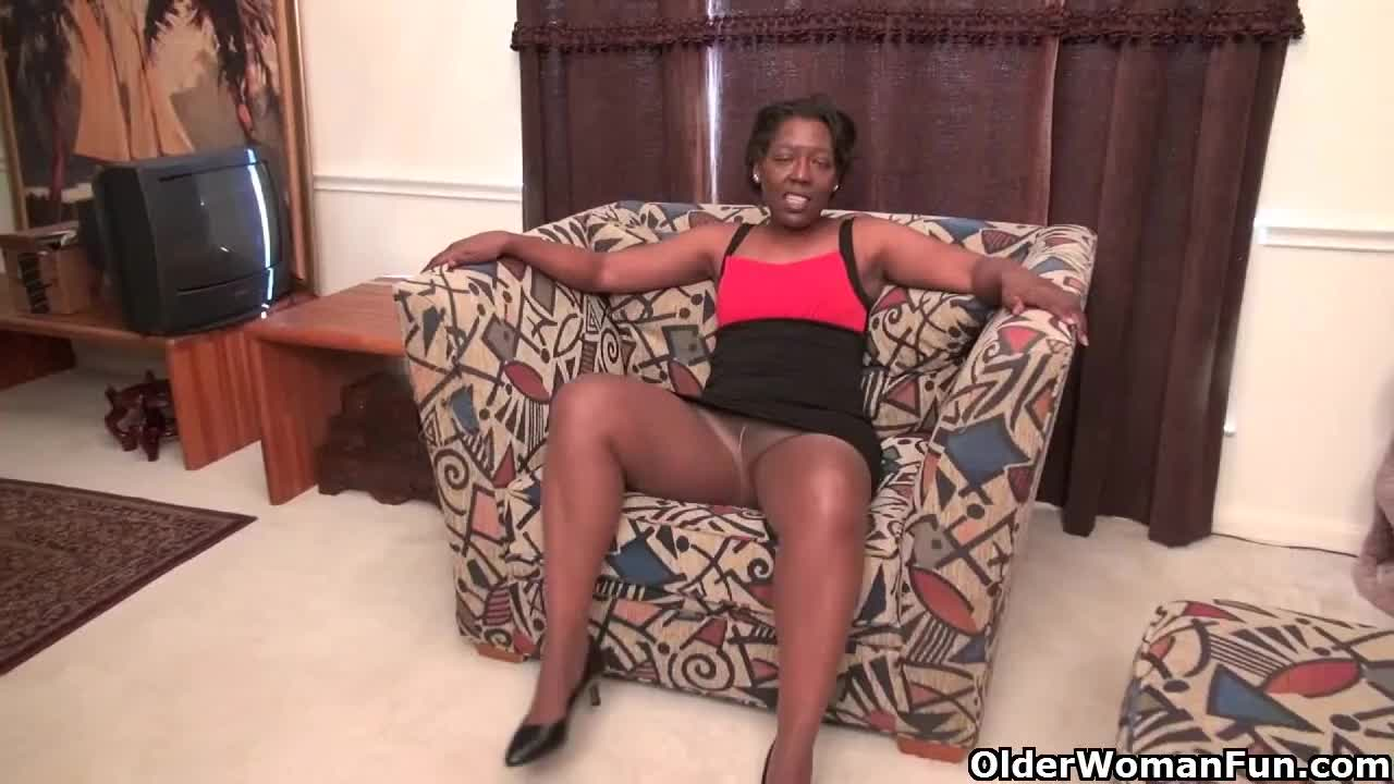 Ebony granny amanda peels off her pantyhose and plays 7