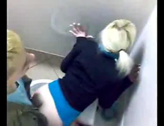 Секс с незнакомкой в туалете ночного клуба без гандона
