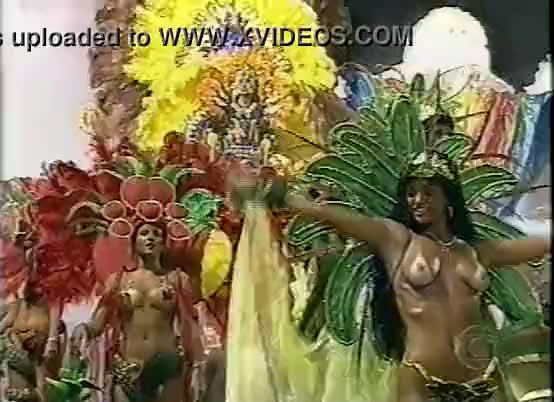 Da Fama Desfilando No Carnaval Do Rio Mostrando Os Peitos Gostosos