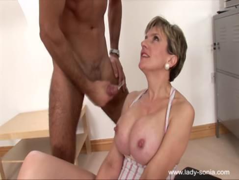 porno-video-ledi-s-chlenom