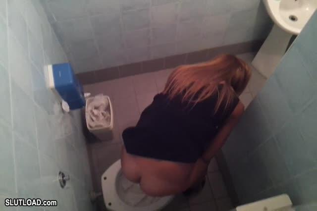 ragazze spiate in bagno backstage film porno