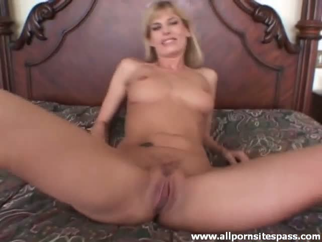Dirty talking milf spreads loose pussy