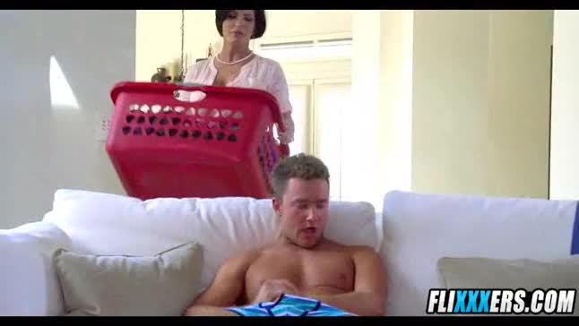 Mom does laundry while taking dick