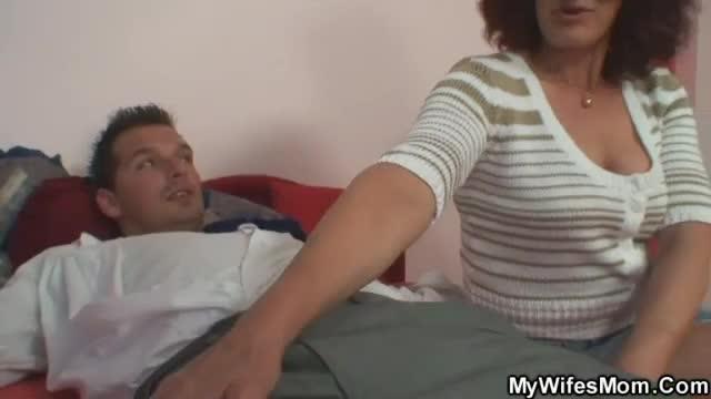 porno-russkoe-zyat-ebet-zhenu-i-teshu