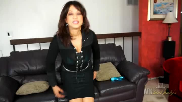 Sexy Ebony Milf Does A Masterful Striptease