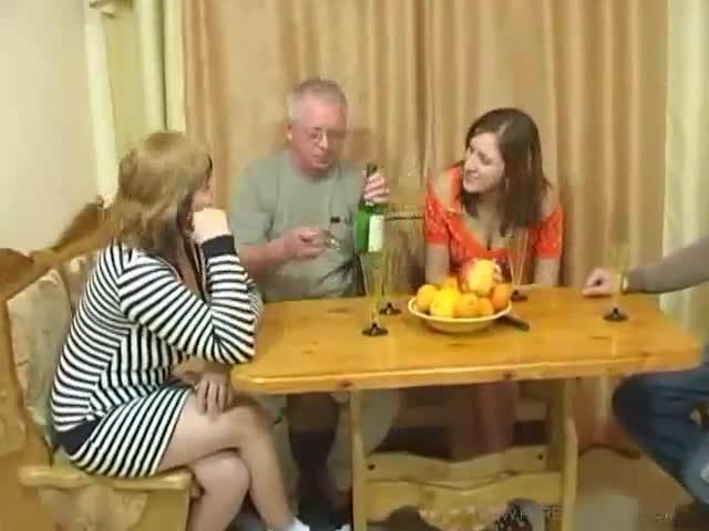 мать заставляет дочку сосать член у собственного отца видео